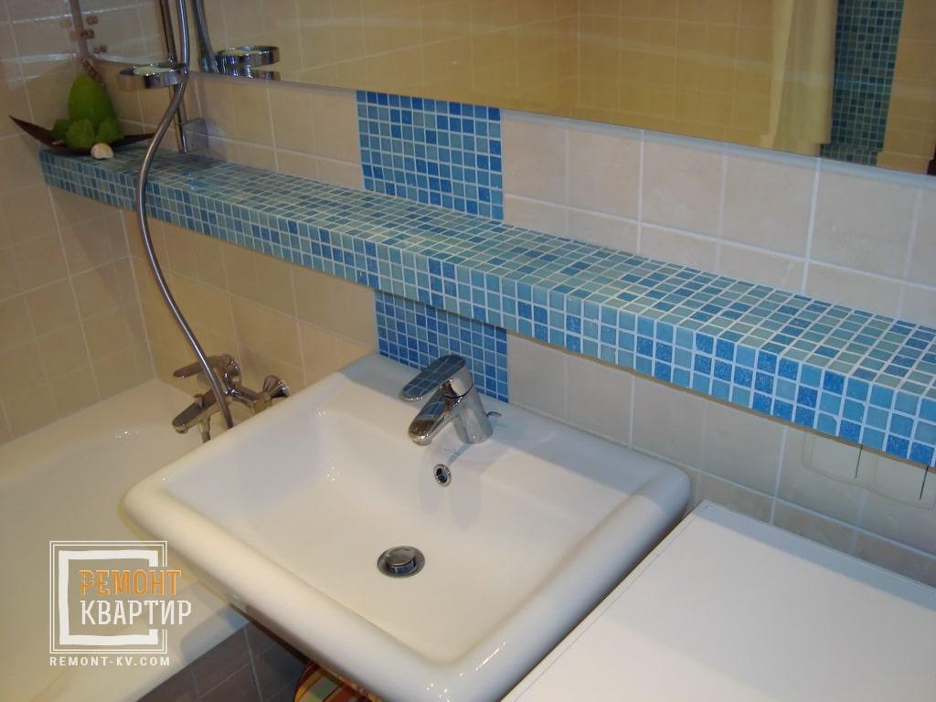 Полочка из мозаики в ванной