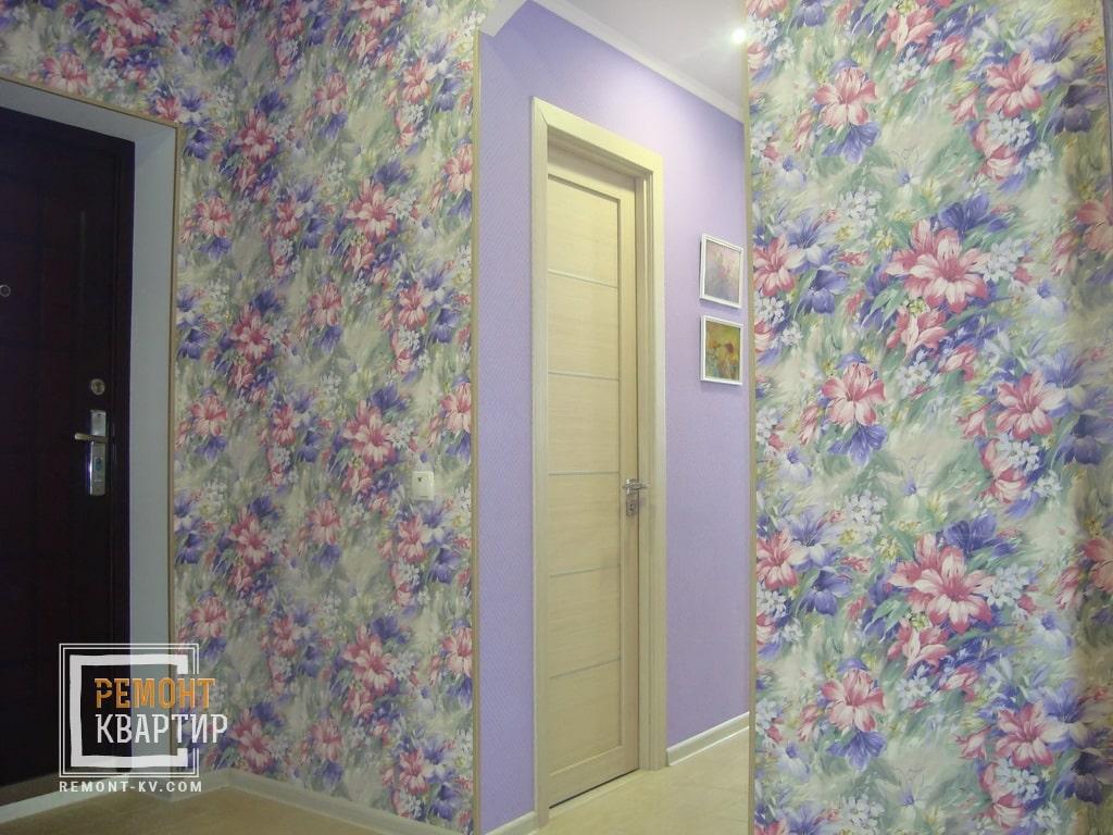 Обои с яркими цветами в коридоре